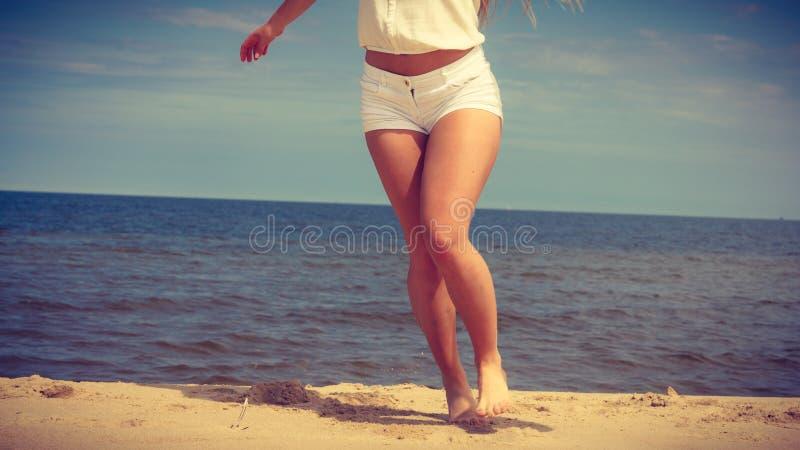 Счастливая женщина на пляже лета стоковое изображение