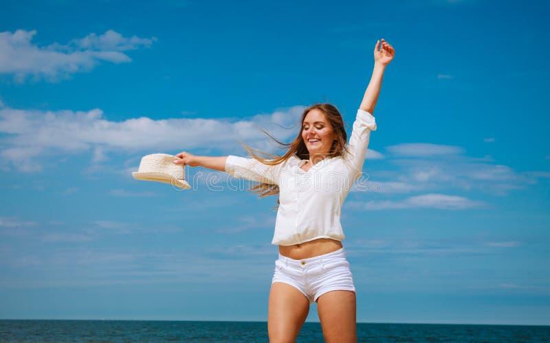Счастливая женщина на пляже лета стоковое фото