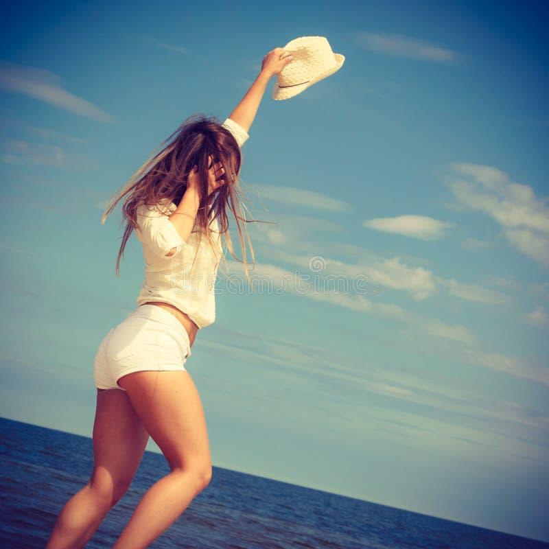 Счастливая женщина на пляже лета стоковые изображения