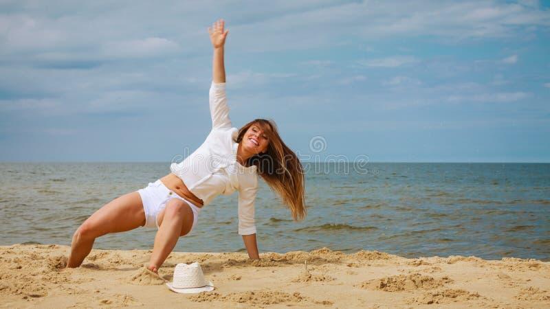 Счастливая женщина на пляже лета стоковая фотография