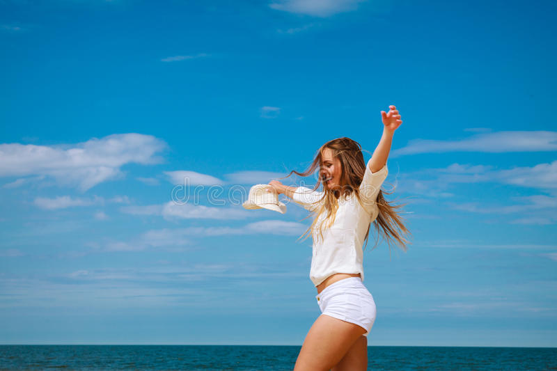 Счастливая женщина на пляже лета стоковое фото rf