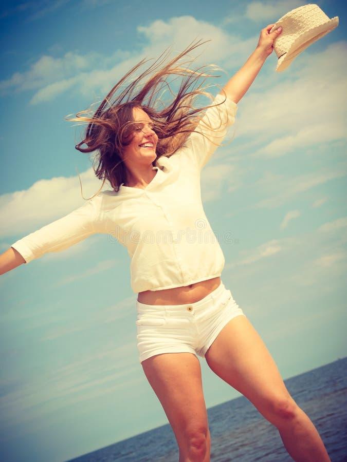 Счастливая женщина на пляже лета стоковые изображения rf