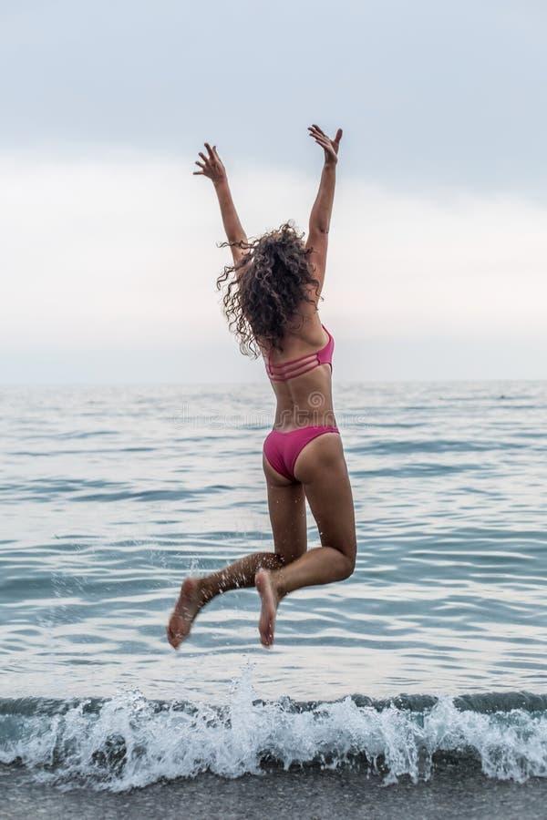 Счастливая женщина на пляже моря стоковое изображение rf