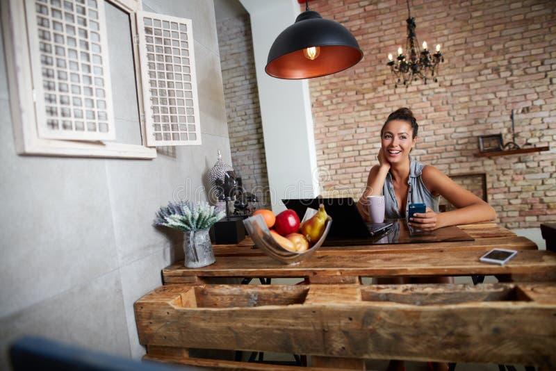 Счастливая женщина на ультрамодном доме стоковые фотографии rf