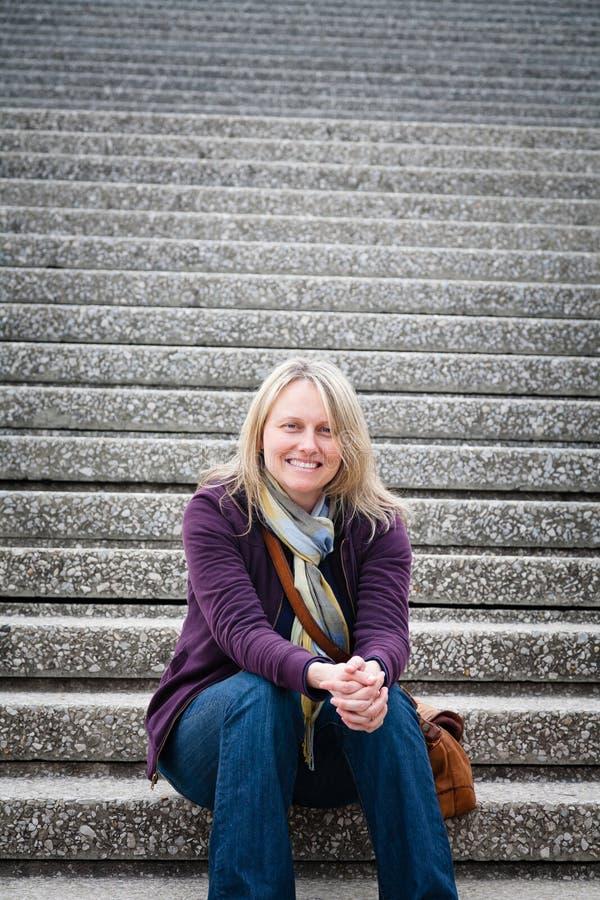 Счастливая женщина на шагах стоковые фотографии rf