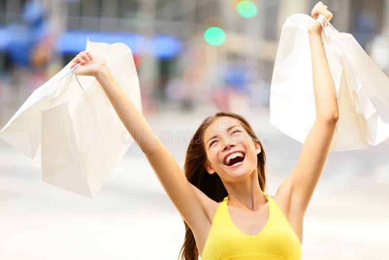 Счастливая женщина покупок в excited выигрывать стоковые изображения rf