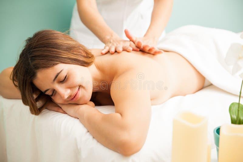 Счастливая женщина получая массаж на курорте стоковые изображения rf