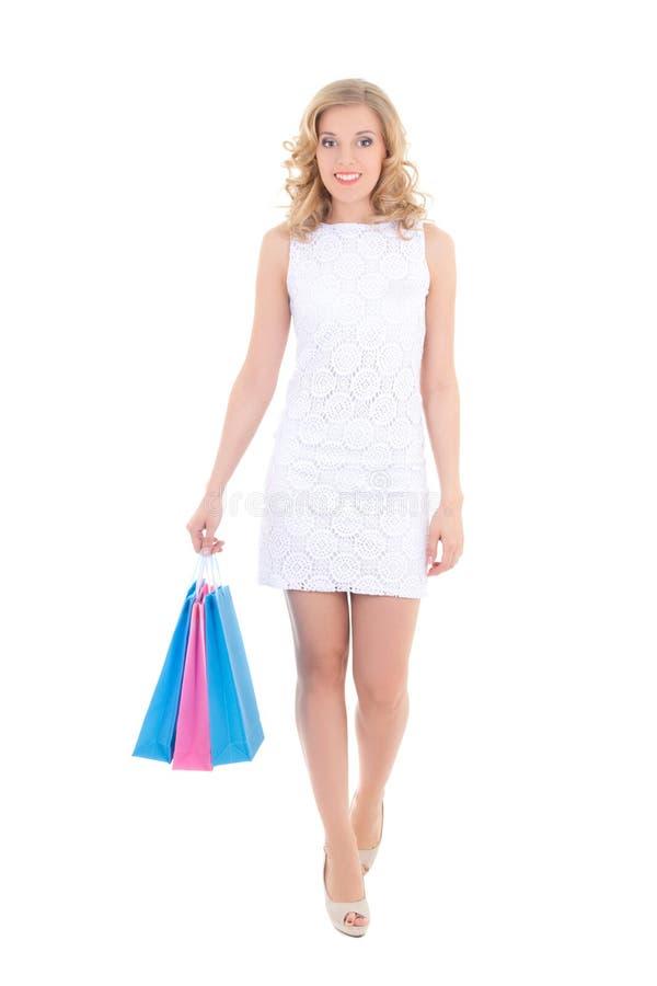 Счастливая женщина при хозяйственные сумки изолированные на белизне стоковое фото
