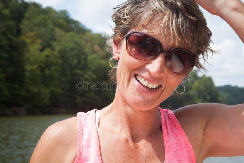 Счастливая женщина снаружи водой стоковое фото