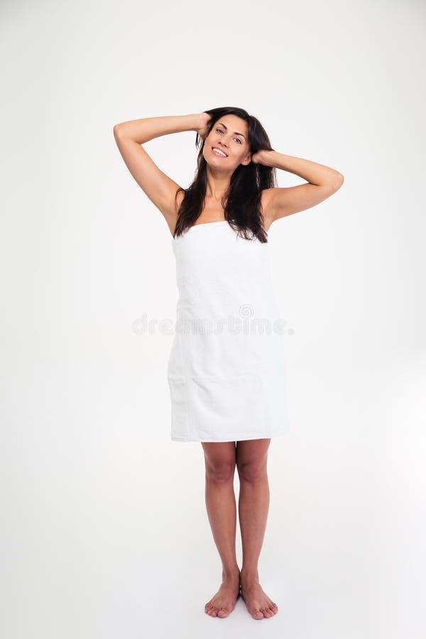 Счастливая женщина стоя в полотенце стоковое изображение