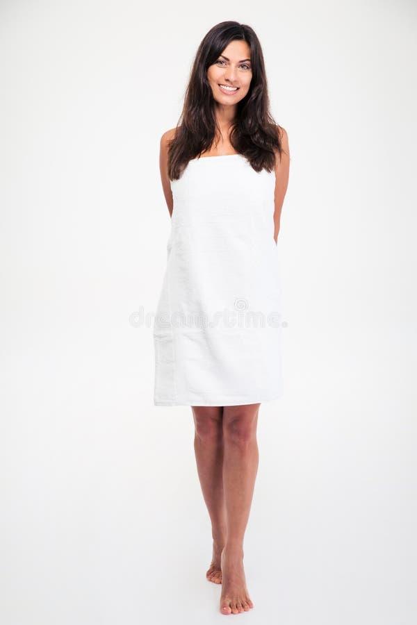 Счастливая женщина стоя в полотенце стоковое изображение rf