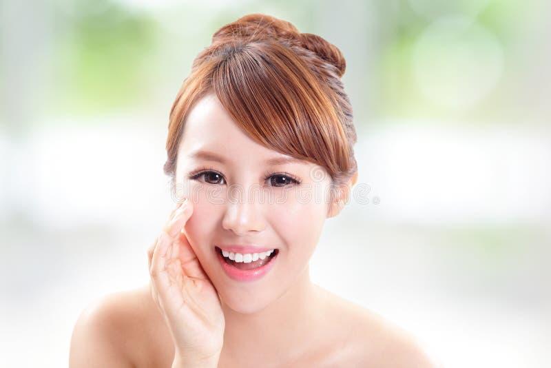 Счастливая женщина с беседой кожи здоровья к вам стоковая фотография
