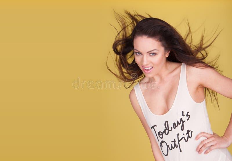 Счастливая женщина с белой верхней частью стоковые изображения rf
