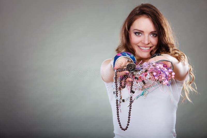 Счастливая женщина с браслетами кольца ожерелиь ювелирных изделий стоковое изображение rf