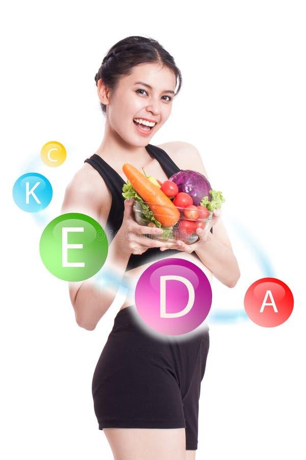 Счастливая женщина с значками витамина стоковое фото