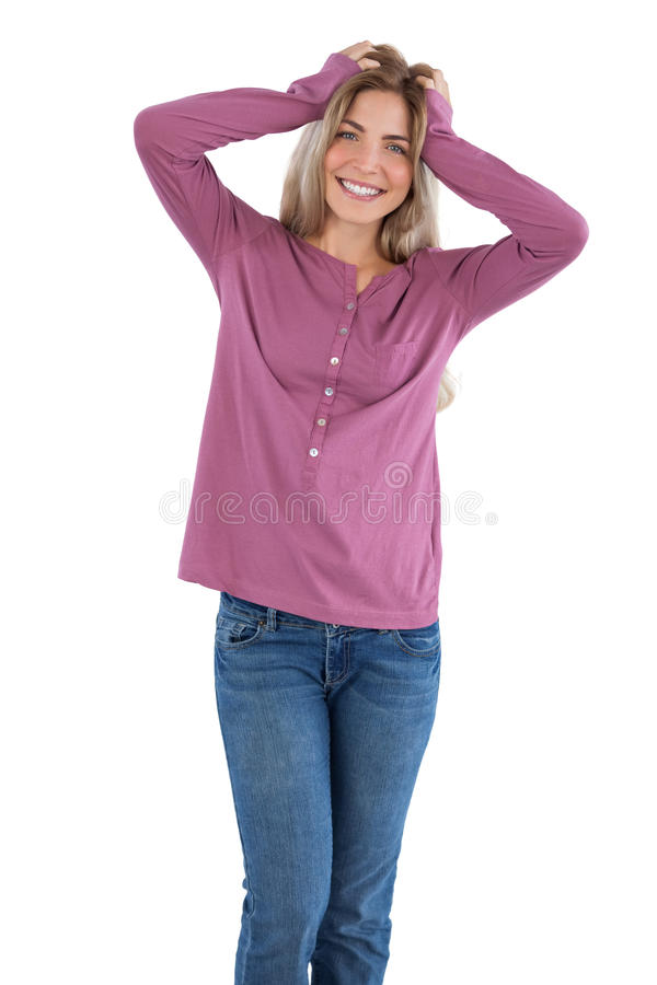 Счастливая женщина с руками на голове стоковые изображения rf