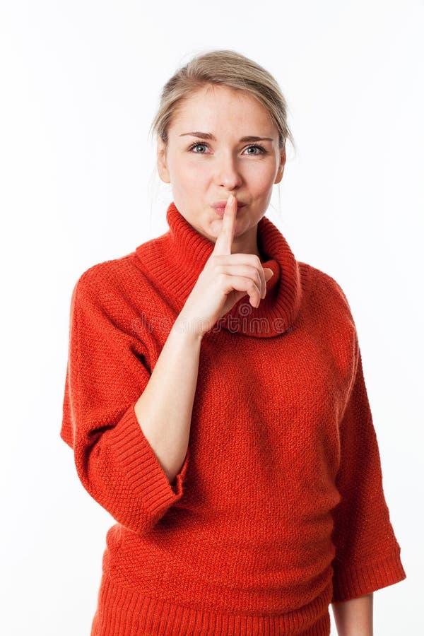 Счастливая женщина требуя безмолвия и усмотрения с индексом на губах стоковые изображения rf