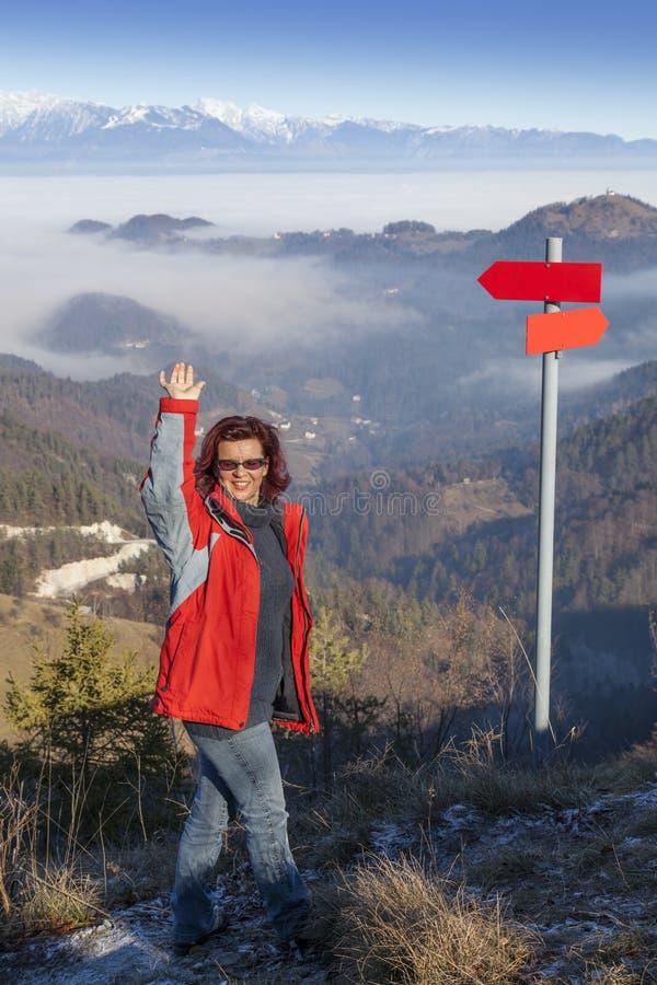 Счастливая женщина hiker на здравствуйте! горы верхнем развевая стоковые изображения