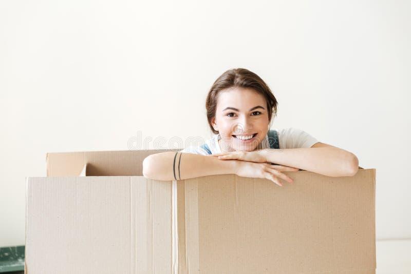 Счастливая женщина peeking вне от коробки стоковое изображение rf