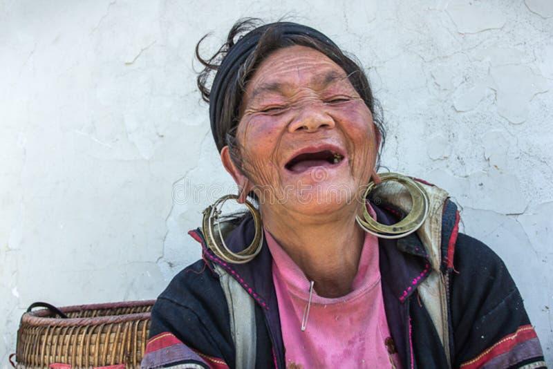 Счастливая женщина Sapa Hmong стоковое фото