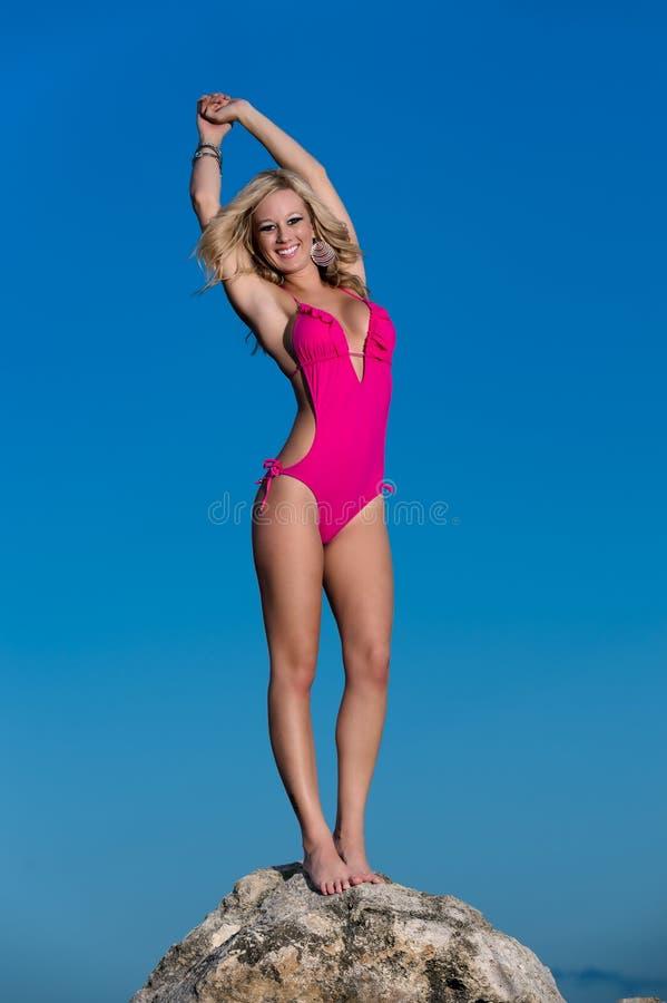 Счастливая женщина в пляже стоковая фотография rf