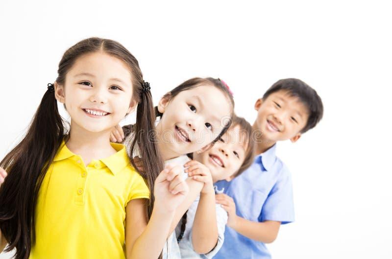 Счастливая и смеясь над малая группа детей стоковая фотография