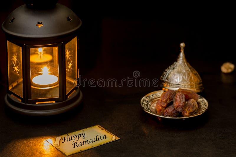 Счастливая карточка Рамазана с фонариком и датами стоковые фото