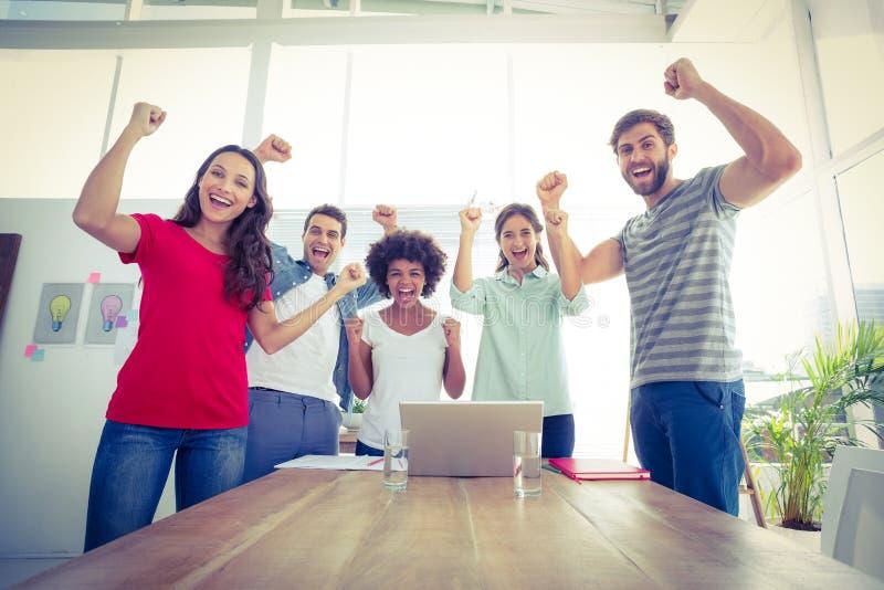 Счастливая команда дела с кулаками в воздухе стоковое изображение