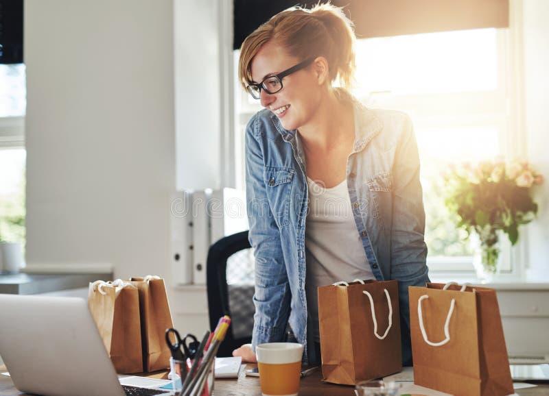Счастливая коммерсантка работая в домашнем офисе стоковая фотография rf