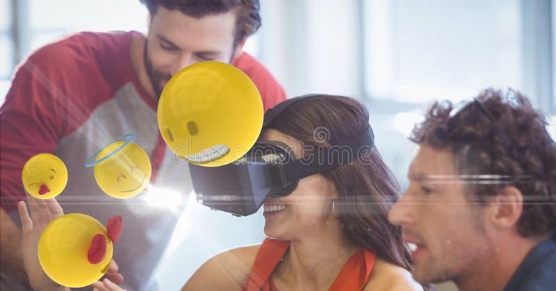 Счастливая коммерсантка смотря emojis на стеклах VR коллегами бесплатная иллюстрация