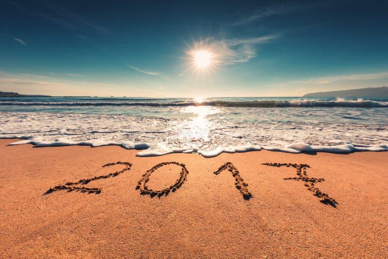 Счастливая концепция 2017 Нового Года на пляже моря; съемка sunrsie стоковое изображение