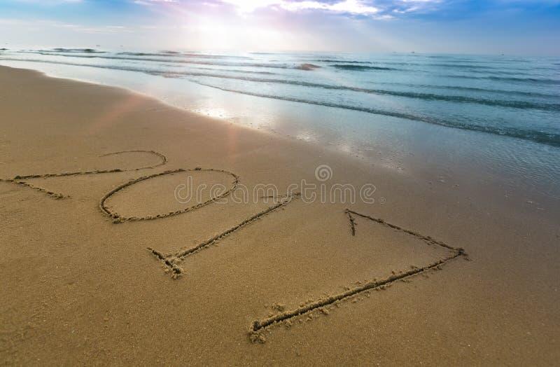 Счастливая концепция 2017 Нового Года на пляже моря стоковое фото rf