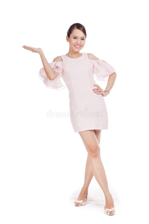 Счастливая красивая азиатская девушка в розовом платье стоковые изображения