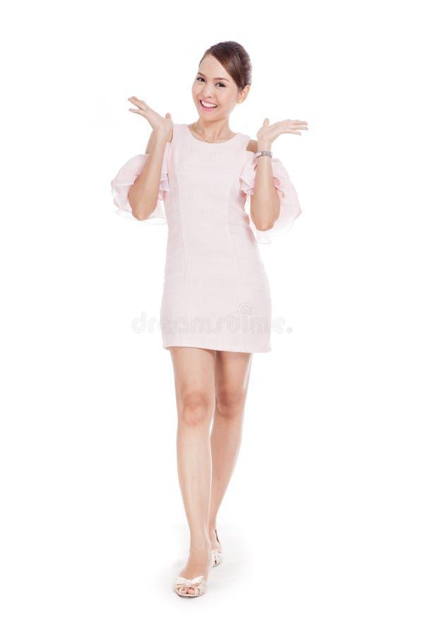 Счастливая красивая азиатская девушка в розовом платье стоковое фото