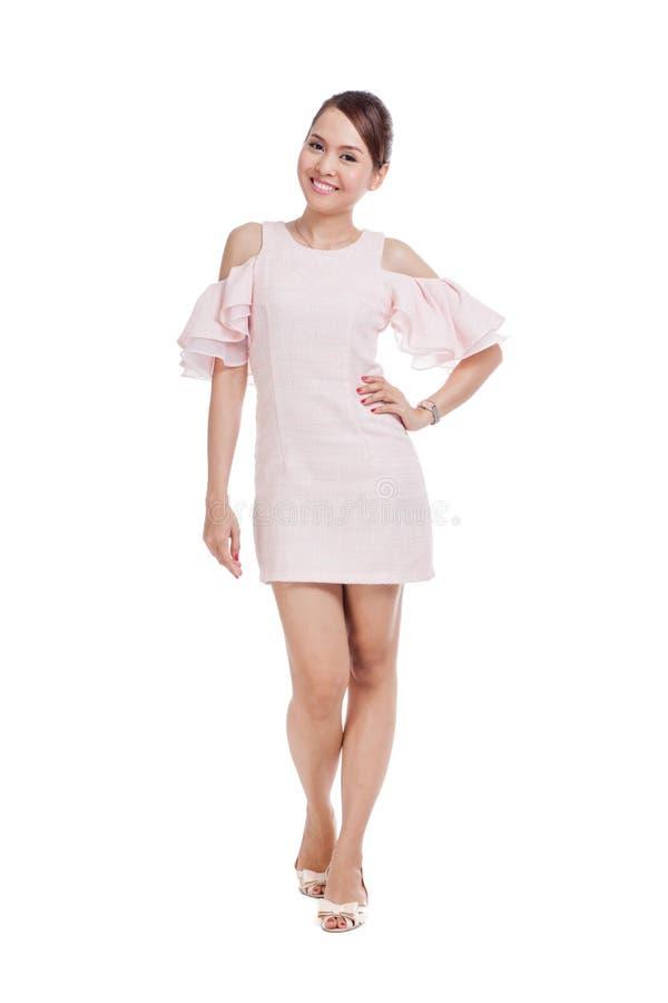 Счастливая красивая азиатская девушка в розовом платье стоковое фото rf
