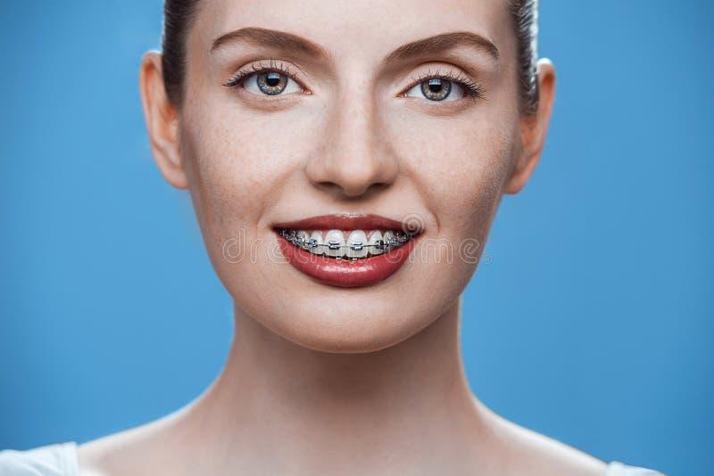 Счастливая красивая девушка с расчалками стоковые фотографии rf