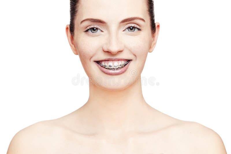 Счастливая красивая девушка с расчалками стоковая фотография rf