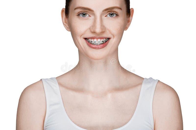 Счастливая красивая девушка с расчалками стоковые изображения