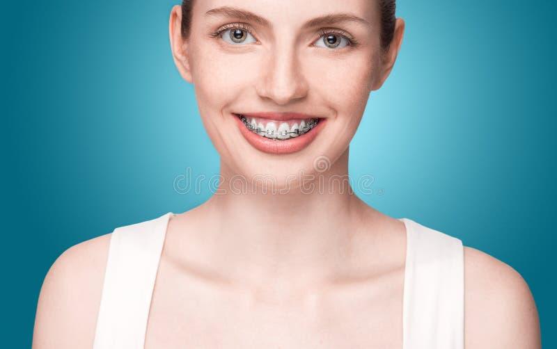 Счастливая красивая девушка с расчалками стоковые изображения rf
