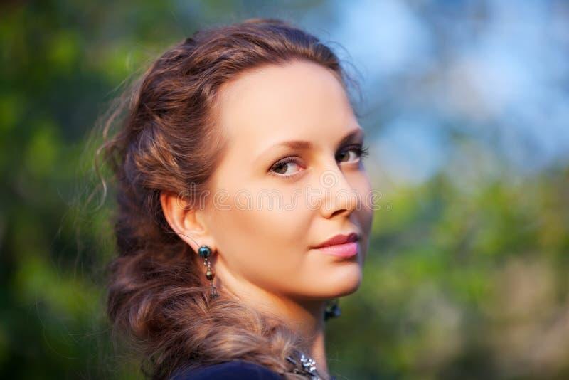 Download Счастливая красивая женщина на природе Стоковое Фото - изображение насчитывающей повелительница, сад: 37929672