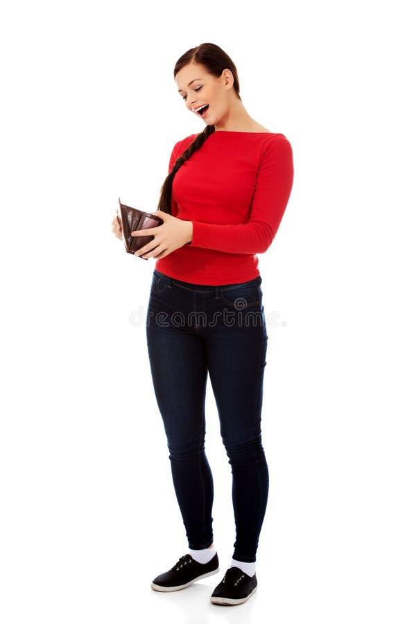 Счастливая красивая женщина студента держа бумажник стоковая фотография rf