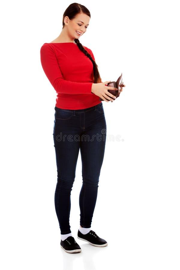Счастливая красивая женщина студента держа бумажник стоковое фото rf