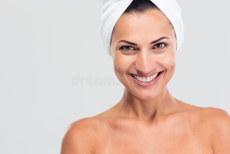 Счастливая красивая женщина с полотенцем стоковые изображения
