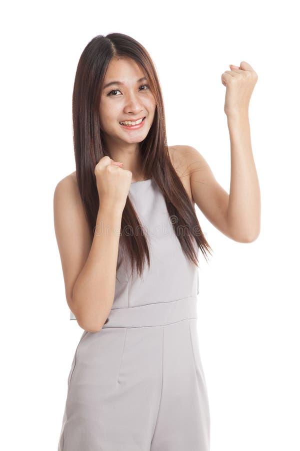 Счастливая красивая молодая азиатская женщина с обоими кулак вверх стоковые изображения rf