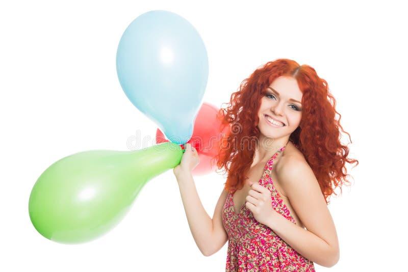 Счастливая красная с волосами девушка держа воздушные шары стоковая фотография rf