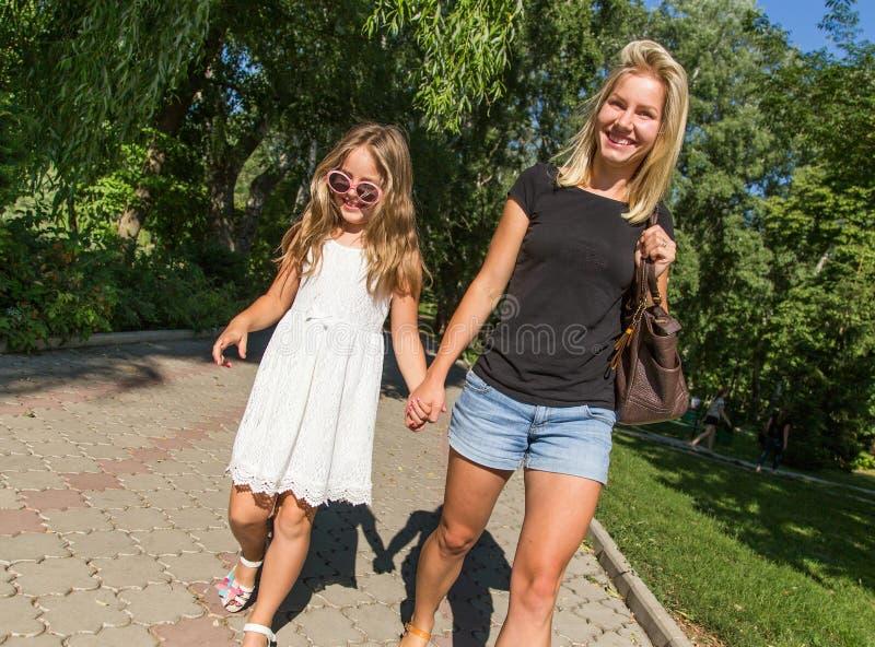 Счастливая мама и дочь имея потеху, счастливую семью стоковое фото