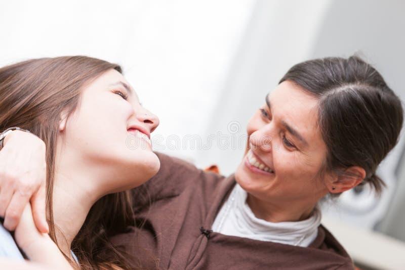 Счастливая мама и дочь ослабляя совместно стоковое изображение rf