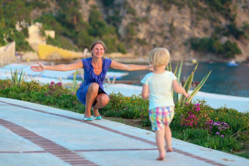 Счастливая мать и дочь обнимая outdoors стоковое фото