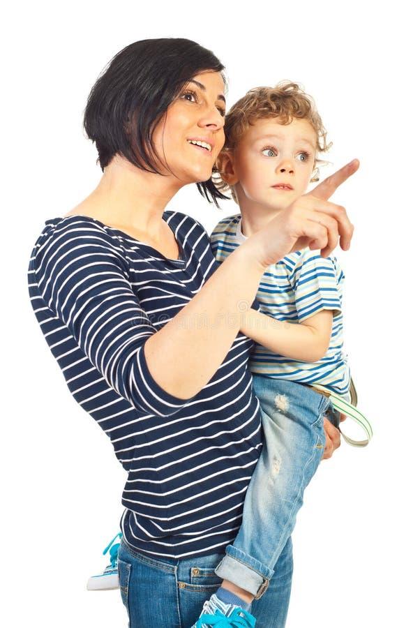 Счастливая мать и ребенок смотря прочь стоковые фотографии rf