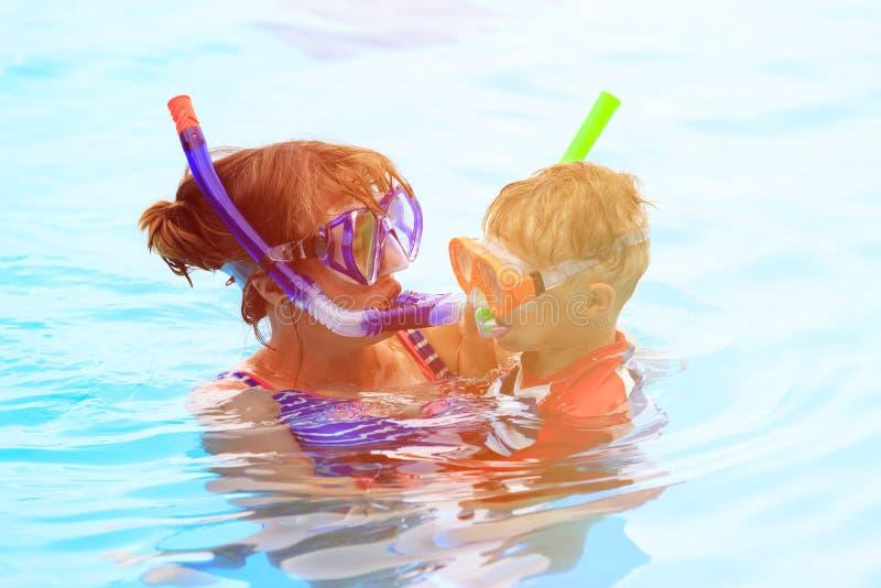 Счастливая мать и сын snorkeling на пляже стоковое фото